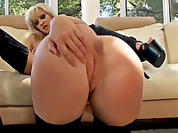 Blonde gets her pussy licked by her mate
